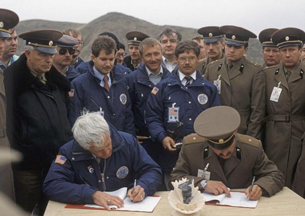 Советские и американскиее военные на военной базе в Казахстане, 1983